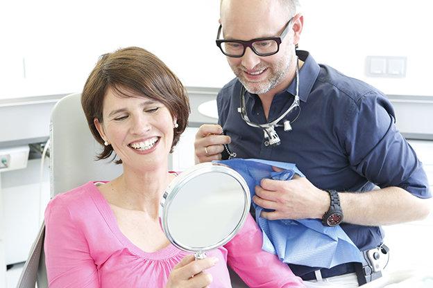 Dr. von Schilcher mit Patientin.jpg