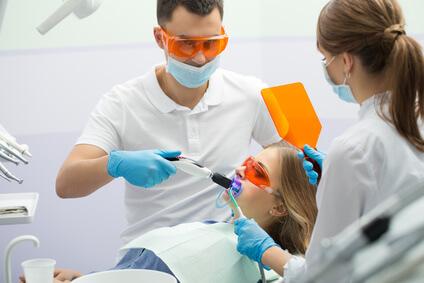 Zähne aufhellen beim Zahnarzt und im Bleaching Studio