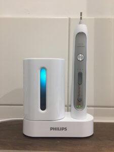 Das UV-Reinigungsgerät der Philips Sonicare Schallzahnbürste im Einsatz