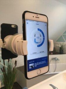 Die Oral B Smartphone App mit Halterung
